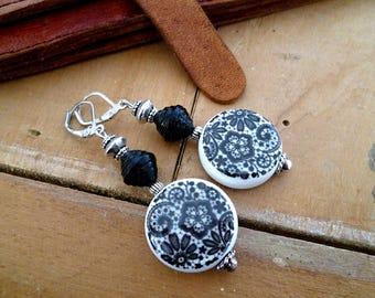 Boucles d'oreilles en porcelaine artisanales et perles papier, noir et blanc, argent vieilli, cadeau femme, SAINT VALENTIN, fête des mères