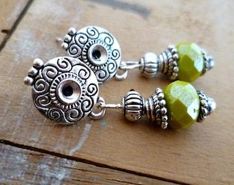 Boucles d'oreilles clous ethniques, perles en cristal de bohème facettées vertes, artisanales, cadeau femme, mothers day, fait main