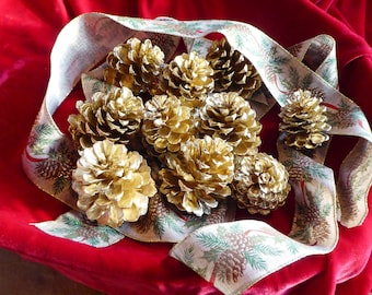 Gold pine cones for Christmas garland. 10 small gold pine cones for wreaths and swags. Elegant home decor These are very shinny and fresh!