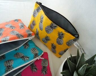 """Pochette plate """"ananas"""", couleur AU CHOIX, doublée de gris, pompons de fils assortis, pour femme et ado, jaune, orange,bleu, rose fushia"""
