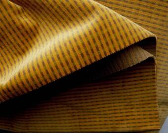 velours faux unis moutarde pour recouvrir des canapés ou fauteuils