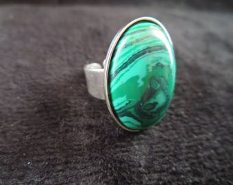 Adjustable ring with malachite stone cabochon