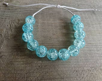 Bohemian bracelet. Glass bead. Pale turquoise cracked. Cotton yarn sliding knot that fits all the poignets.avec or without charm