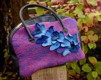 Vlinder....Vilten tas, afgewerkt met leer