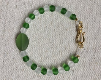 Beaded Bracelet//Green and White//Gold-Plated Clasp//Gifts//Size Medium