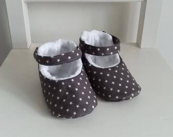 Chaussons bébé mixte en coton gris étoiles blanches et fourrure blanche. Cadeau de naissance. Taille 3-6 mois