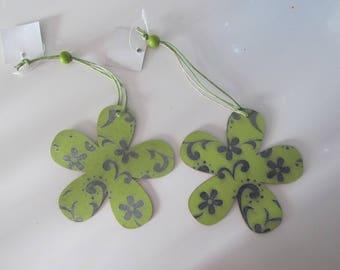 Set of 2 wooden flowers decorated with arabesques hanging