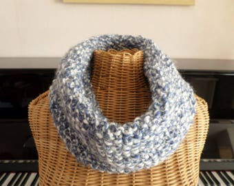 snood blue and white knit with a fancy stitch
