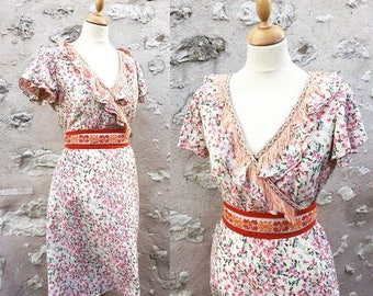 Flower pattern dress with sleeves and flounced neckline