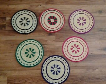 6 place mats made of wicker.