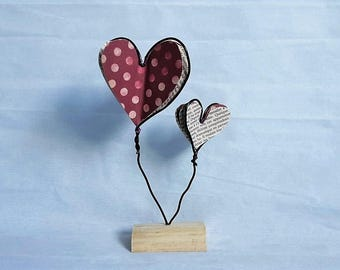 For decoration / 2 hearts made of aluminum wire and paper / wood base