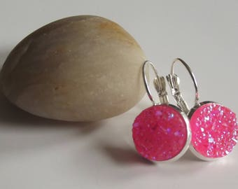 Sleeper earrings in silver and shiny pink glittery resin round cabochon.