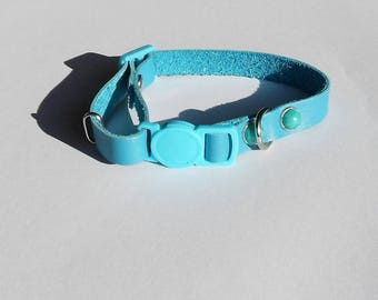 adjustable cat collar in blue leather, safety clasp