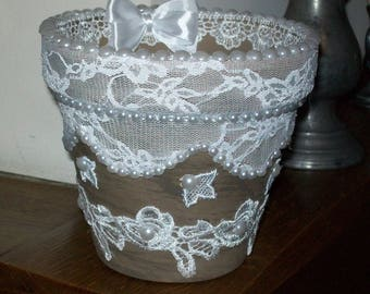 FLOWER POT SHABBY CHIC LACE, LACE, PEARLS, FLOWERS AND SATIN BOWS