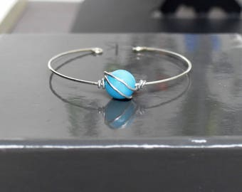 Thin metal and blue pearl bracelet