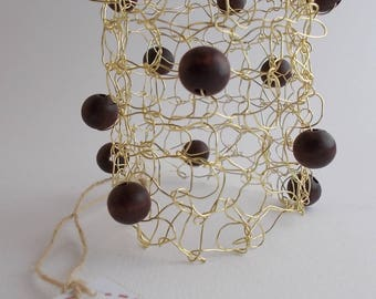 Knitted bracelet gold/wood beads