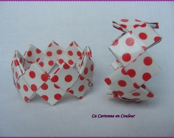 Bracelet closed with red dots on white recycled paper