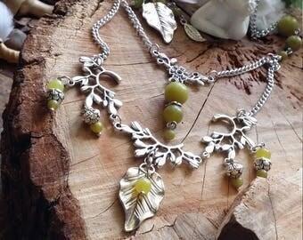 Collier en perles de jade naturel vert et en acier et métal. descente de cou travaillée. Par AngelS SignS