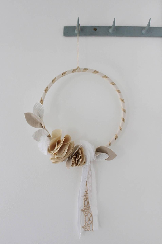 couronne de fleurs en tissus blanche ecrue d coration. Black Bedroom Furniture Sets. Home Design Ideas