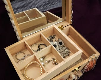 Coquillagesi and wood jewelry box