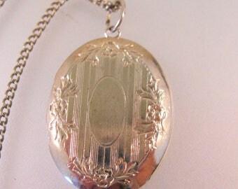 "Vintage Oval Locket Pendant Necklace 16"" Gold Tone Vintage Jewelry Vintage Locket"