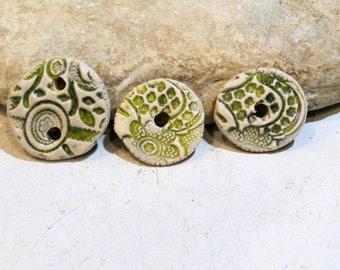 kit créatif 3 PC - 1 pendentif + 2 doonuts céramique pour boucles / bracelets / colliers - vert anis beige - relief dentelle