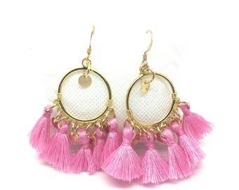 Boucles d'oreilles dorées ,pompons roses et sequins