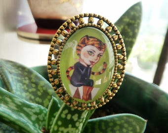 Tigra brooch small glass cabochon