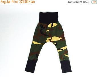 VENTE Sarouel ajusté rock pour enfants, pantalon évolutif unisexe 0-5 ans, camouflage khaki / Harem pants 0-5 years, unisex, camo clothes