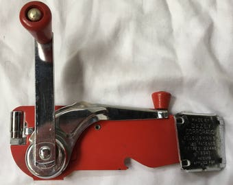 Red Dazey Can Opener Deluxe Model 80
