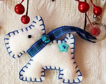 100% hand made Scottie Dog Keyring, made with acrylic Felt, ribbon and buttons and a wee jingle bell on the collar.