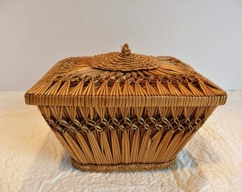 Woven Straw Basket with Lid. Woven Straw Box with Lid.