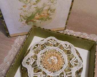 "Nice stitch pins ""Lily"" fabric and lace, in its box matching cardboard"