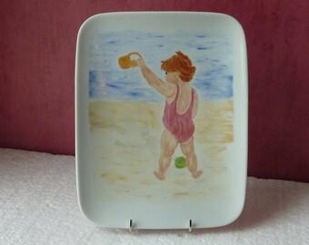 """Plat rectangulaire """"L'enfant à la plage"""""""
