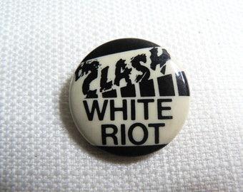 RARE Vintage 1970s - The Clash - White Riot - Clash First Single (1977) Pin / Button / Badge