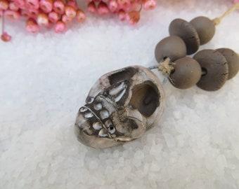 Pendentif Crâne Tribal. Primitif. Ethnique.. 6 Perles assorties..Céramique MOO.. Gris noir blanc.. Unique et fait main.