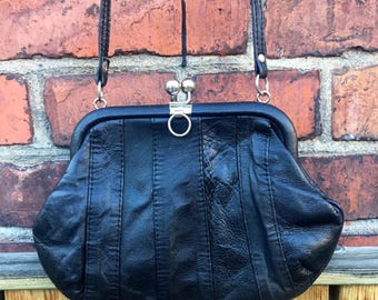 Vintage/black/leather/purse/handbag/shoulder bag/mid century/mod/boho/stylish/trend/street style