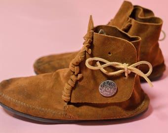 Minnetonka Women's Suede Fringe Hard Sole Moccasin Boots Size 10