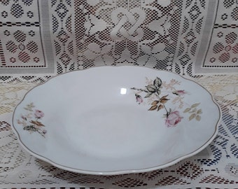 The dish is deep. Production - China. The diameter is 20 cm.