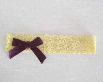 Lingerie fine-délicate jarretière mariée en dentelle élastique-jaune/jonquille et petit nœud en satin prune-mariage romantique et chic.