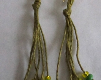 Pendant earrings in hard stones and cotton thread