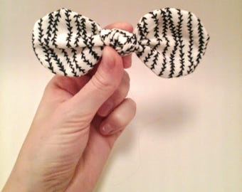 Black and white striped girls hair bow, unique pattern hair bow, arrow design hair bow, round bow