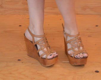 Classic 70's Style High Heel Platform In Taupe Leather With Golden Stud Detail SZ 8.5 / 9