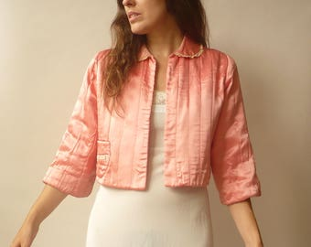 1940's 1950's Vintage Peachy Pink Cropped Satin Bed Jacket With Peter Pan Collar & Lace Trim Size Medium