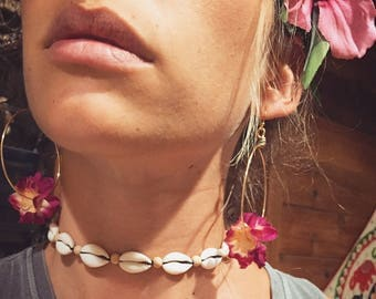 Nineties style cowrie choker surf necklace