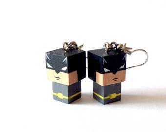 """Boucles d'oreilles figurines cubiques kawaï en bois """"Batman"""" - peintes à la main"""