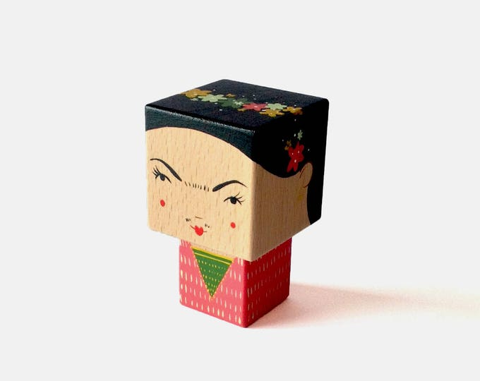Featured listing image: Figurine cubique en bois décorative Frida Kahlo taille S