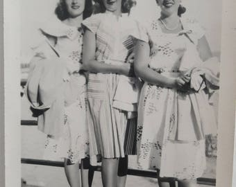 40s beautiful teen girls standing on boardwalk beach spectator pumps fashion 1940s
