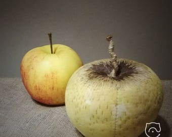 """Decorative katoennen Apple """"Golden Delicious"""", tinted, sewn, embroidered. Fruit decoration."""