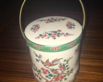 Vintage decorative Daher England floral tin w/ handle
